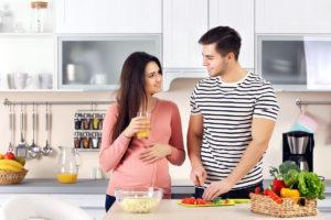 pregnant-woman-husband-kitchen-1200px
